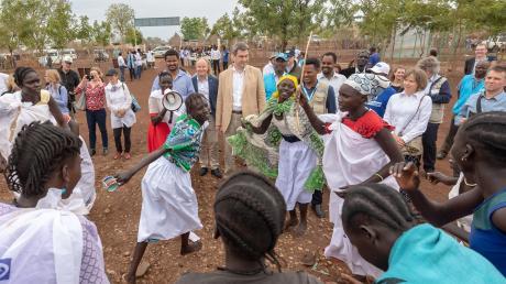 In Gambela, im Westen Äthiopiens, besuchte Ministerpräsident Markus Söder am Dienstag das Flüchtlingslager Nguenyyiel, wo eine Frauengruppe für ihn tanzte.