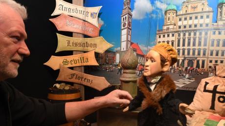 """Klaus Marschall, Theaterleiter der Augsburger Puppenkiste, mit der Marionette von Jakob Fugger, die in der Ausstellung """"Von Augsburg aus in alle Welt"""" natürlich nicht fehlen darf."""