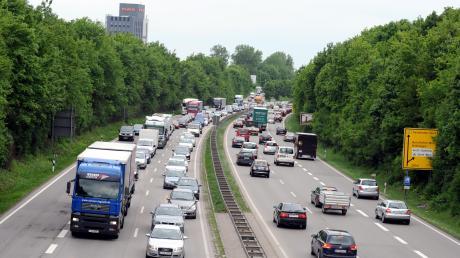 Auf der B2 wird mit neuer Technik der Verkehr gezählt.
