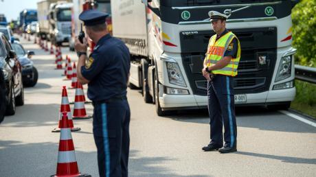 Bayerische Polizisten kontrollieren die Grenze zu Österreich. Die Grünen halten diesen Einsatz für verfassungswidrig, sie klagen dagegen.