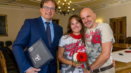 """""""Namen sind Schall und Rauch"""", sagt Standesbeamter Andreas Rösel (links), hier mit dem HochzeitspaarAnnabel Müller und Björn Ewald."""