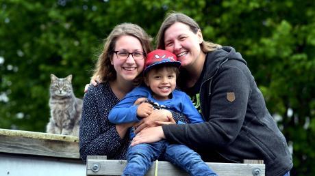 Die Regenbogenfamilie Wolff aus Herbertshofen:Melanie (links), Sabrina, Sohn Tim und ihre Katze.