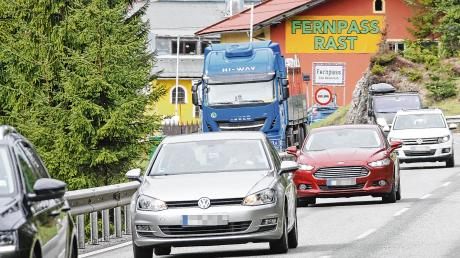 Ein gewohntes Bild: Auto an Auto reiht sich auf der Fernpass-Bundesstraße. Bis zu 30.000 Fahrzeuge sind es pro Tag.