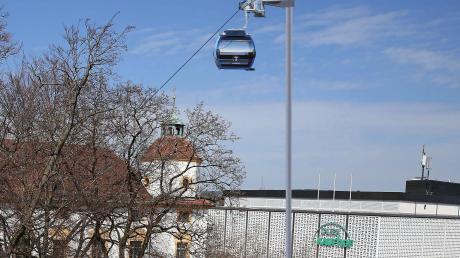 An der Kemptener Residenz könnte bald eine Seilbahn vorbeischweben. Die Aussicht wäre sicher spektakulär – die Befürworter erhoffen sich aber noch mehr: nämlich, dass der Verkehr in der Stadt beruhigt wird.