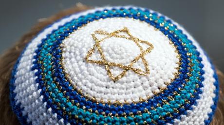 """Der Bundesbeauftragte für Antisemitismus warnte jüngst: """"Ich kann Juden nicht empfehlen, jederzeit überall in Deutschland die Kippa zu tragen."""" Eine Expertin in Bayern stimmt zu."""
