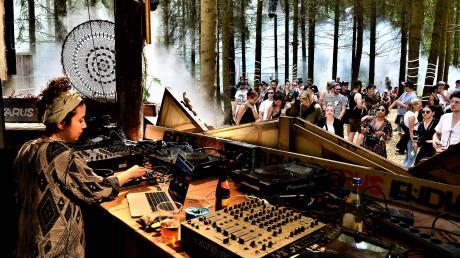 """In der """"Forest Stage"""" tanzen die Ikarus-Besucher zwischen Fichten und Tannen zu elektrischen Klängen."""