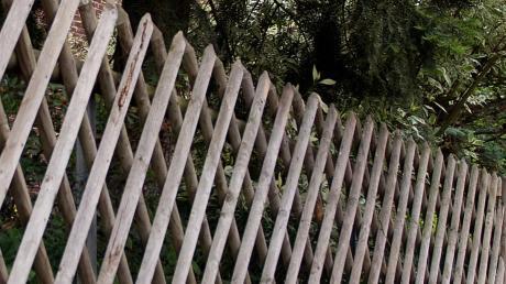 Ein Gartenzaun ist in Altenstadt beschädigt worden.