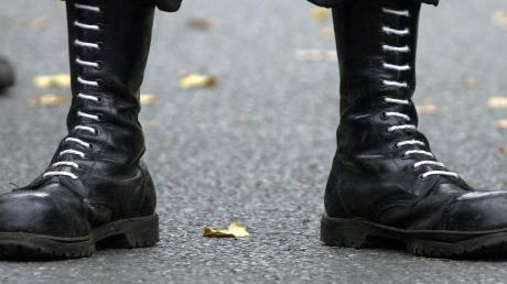 Klassisches Kleidungsstück der Neonazis: Springerstiefel mit weißen Schuhbändern. Inzwischen treten Rechtsextremisten allerdings auch in weit zivileren Outfits auf. An ihrer Gewaltbereitschaft hat sich aber nichts geändert.