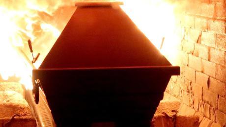 Etwa 8000 Verstorbene werden jährlich im Kemptener Krematorium eingeäschert. Darf ein Krematoriumsbetreiber Überreste wie Zahngold einfach an sich nehmen?