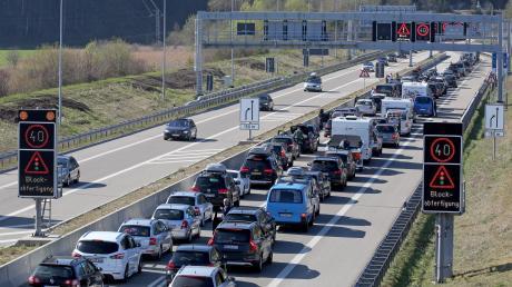 Stau Nummer eins: Am Autobahnende bei Füssen ist häufig Blockabfertigung. Mit der Folge, dass viele Autofahrer die A7 verlassen und sich einen anderen Weg suchen.