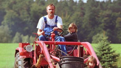 Riskantes Spiel: Für viele Kinder ist die Fahrt auf einem Traktor ein besonderes Erlebnis. Allerdings kann dabei auch sehr viel passieren.