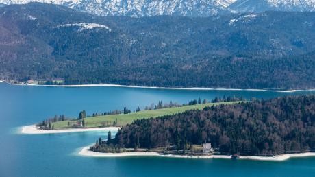 Der Walchensee in der Nähe von Kochel ist ein beliebtes Ausflugsziel an Sommerwochenenden.