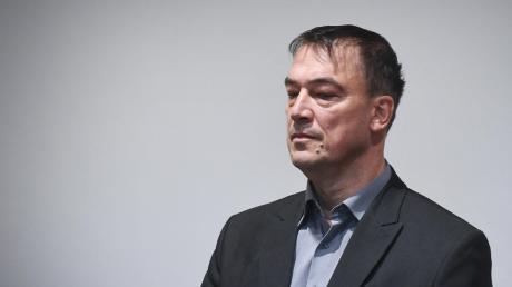 September 2017: der Augsburger Ex-Politiker Linus Förster vor Gericht. Er wurde wegen mehrerer Sexualstraftaten zu drei Jahren und zehn Monaten Haft verurteilt. Jetzt ist er wieder auf freiem Fuß.