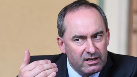 Der bayerische Wirtschaftsminister Hubert Aiwanger kritisiert die Bundes-Notbremse scharf und plädiert auf den bayerischen Weg.