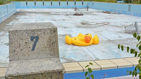 """Ein trauriger Anblick, so ein  verlassenes Schwimmbad: Mit Bildern wie diesem werben die Initiatoren der Petition """"Rettet die Bäder"""" gegen die Schließung öffentlicher Bäder."""