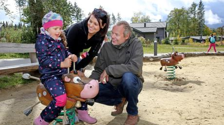 Ramona Riesle (Mitte) und Ella und Björn Fünfschilling sind schon zum zweiten Mal im Allgäuer Ferienpark zu Besuch.