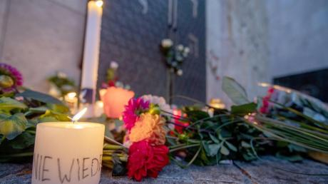 """""""Nie wieder"""" steht auf einer Kerze vor der Türe der Münchner Synagoge. Hunderte Menschen hatten eine Menschenkette um die Synagoge gebildet, um Solidarität nach den Angriffen in Halle zu zeigen."""