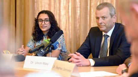 Das neugewählte Nürnberger Christkind, Benigna Munsi, gibt zusammen mit dem Oberbürgermeister der Stadt Nürnberg, Ulrich Maly, eine Pressekonferenz. Nach dem Eklat wegen eines rassistischen