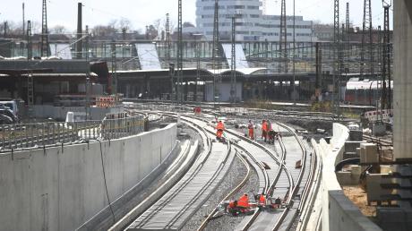 Die Gleise auf der Neubaustrecke werden schon verlegt.