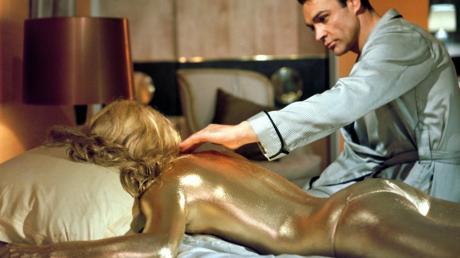 """James Bond (Sean Connery) trauert um seine Geliebte. Im 007-Streifen """"Goldfinger"""" schreckt der gleichnamige, goldsüchtige Schurke vor nichts zurück. Er lässt Bonds Gespielin ganz mit Goldfarbe überziehen, was zu ihrem Tod führt. Das umstrittene Steuersparmodell """"Goldfinger"""" ist nach dem Film benannt."""