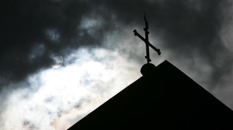In der katholischen Kirche wirdüber die Höhe der Entschädigungszahlungen an Missbrauchsopfer diskutiert.