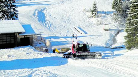 Dienstagmorgen auf Grasgehren: Die Schneekanonen laufen und die Pisten werden präpariert. Am Samstag beginnt dort der Skibetrieb.