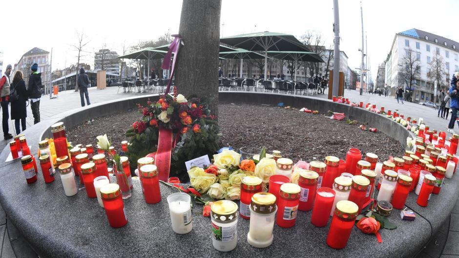 Viele Menschen haben am Tatort Kerzen aufgestellt. Am Freitagabend war am Augsburger Königsplatz ein Mann getötet worden.