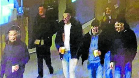 Bilder einer Überwachungskamera zeigen die Jugendgruppe kurz vor der Gewalttat am Königsplatz.