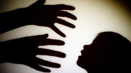 Ein schwerer Fall von Kindesmisshandlung beschäftigt Polizei, Staatsanwaltschaft und Jugendamt in Memmingen.