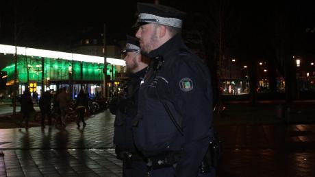 """Mitarbeiter des Augsburger Ordnungsdienstes patrouillieren regelmäßig am Königsplatz. """"Wir haben hier nicht ständig Schlägereien"""", sagen sie."""