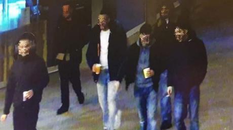 Ein Bild aus einer Überwachungskamera der Polizei am Augsburger Königsplatz. Es zeigt die Gruppe junger Männer, kurz bevor es zu der Gewalttat kam.