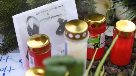 Nach dem gewaltsamen Tod des 49-Jährigen wurde der Tatort auf dem Augsburger Königsplatz zu einer Erinnerungsstätte.