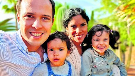 Eine glückliche Familie, endlich: der FDP-Fraktionsvorsitzende Martin Hagen mit seiner Frau Anisha und den Töchtern Lina und Nora.