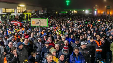 """Etwa 4500 Landwirte kamen zur Schlepperdemo der Bewegung """"Land schafft Verbindung"""" nach Memmingen, um gegen immer neue Auflagen in der Landwirtschaft zu demonstrieren."""