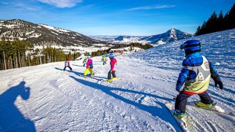 Viele Menschen fahren im Winter mit ihren Familien in die Berge – und geben eine ordentliche Stange Geld aus.