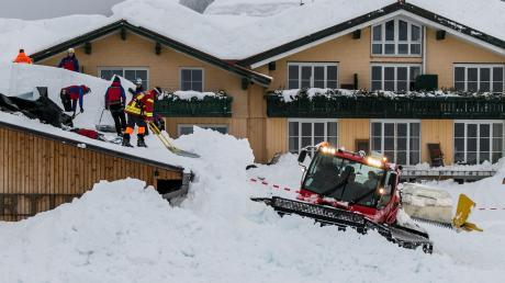 Feuerwehr und Bergwacht schaufelten nach der Lawine die Dächer des Hotels frei.