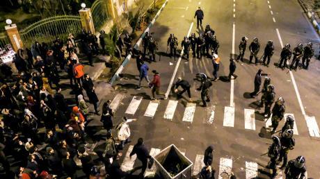 Konfrontation – protestierende Studenten und Polizeieinheiten stehen sich in diesen Tagen unversöhnlich gegenüber. Das Regime setzt auf Repression.