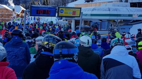 Viel los: Wer zum Skifahren in die Berge fährt, muss mitunter lange anstehen, wie hier in der Nähe von Schladming.