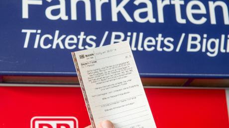 Das Bayern-Ticket ist ab Januar teurer geworden. Und viele Pendler müssen für ihre Abo-Karten ebenfalls mehr Geld auf den Tisch legen.