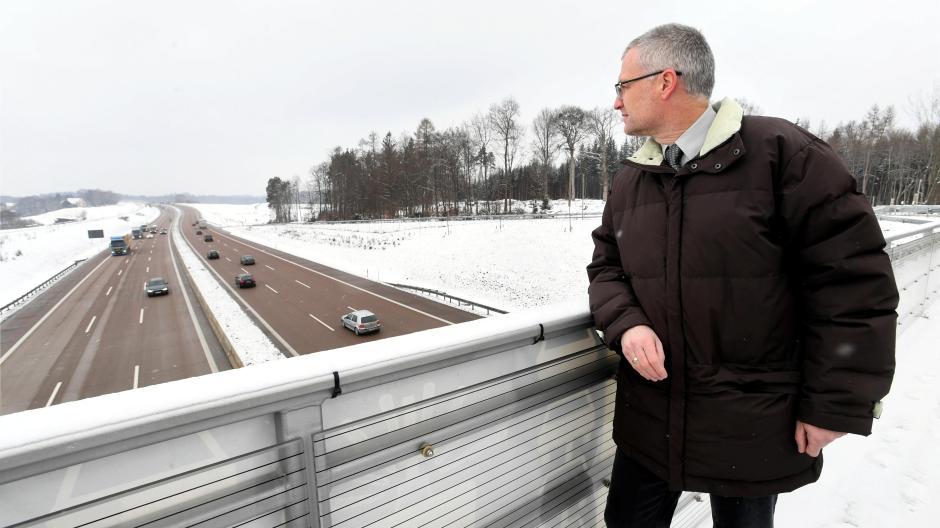 Stefan Vogg wohnt in Streitheim im Landkreis Augsburg wenige hundert Meter von der A8 entfernt. Seit Jahren fordert er mit Blick auf die Unfallzahlen ein Tempolimit.