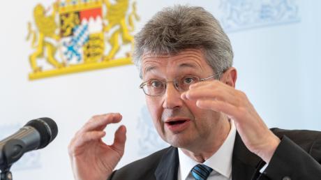 Schulminister Michael Piazolo (Freie Wähler) will an seinen umstrittenen Plänen festhalten.
