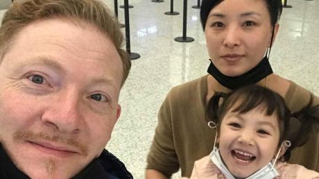 Sie freuen sich jetzt, nach Hause zu dürfen: Thomas Scheller aus Würzburg mit seiner Frau und Tochter mussten nach de Rückkehr aus China 14 Tage in Quarantäne verbringen.