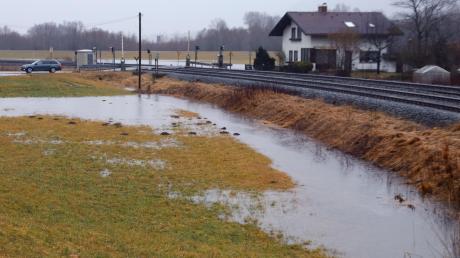 Eine teilweise überflutete Wiese ist neben einer Bahnstrecke bei Immenstadt zu sehen. Aufgrund vonstarken Regenfällen wird in Bayern gebietsweise Hochwasser erwartet. F