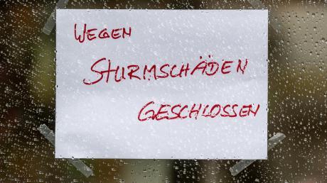 """Auch einzelne Geschäfte haben wegen Sturmtief """"Sabine"""" geschlossen, wie hier in Passau."""