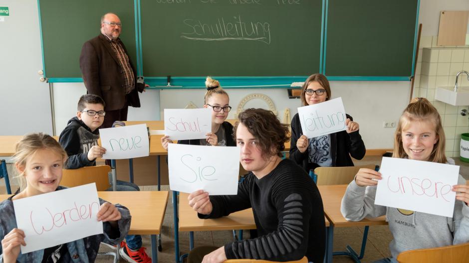 In einem Video auf Youtube haben sich die Klassen der kirchlichen Edith-Stein-Realschule Schillingsfürst von ihrer besten Seite gezeigt – und endlich einen Schulleiter gefunden.