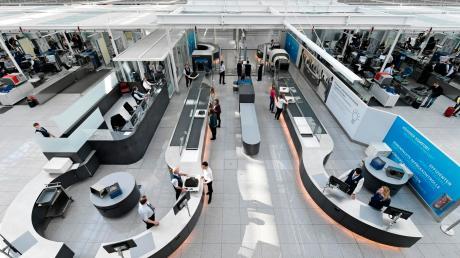 Die Kontrollstelle im Terminal 2 des Flughafens München. Hier prüfen mehr als 1500 Mitarbeiter der Sicherheitsgesellschaft das Handgepäck der Passagiere auf gefährliche Gegenstände. Und sie finden oft etwas.