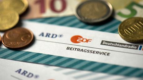 Der Rundfunkbeitrag soll von 2021 an von 17,50 Euro pro Monat und Haushalt auf 18,36 Euro steigen. Die Erhöhung ist umstritten.