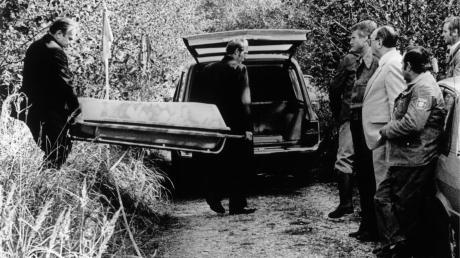 Oktober 1981: Die Leiche der zehnjährigen Ursula Herrmann aus Eching am Ammersee wird abtransportiert. Sie war entführt worden und starb in einer Gefängniskiste.
