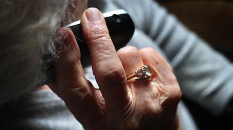 In Dasing ist eine Betrügerbande unterwegs. Geschickt manipulierte sie eine Seniorin, die auf den Trick hereinfiel.