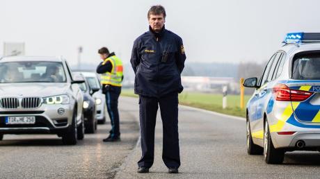 Polizisten kontrollieren die Ortsein- und Ausfahrt von Mitterteich. Dort gilt Bayerns erste Ausgangssperre.